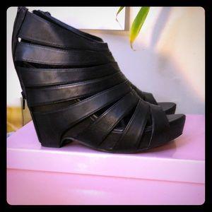 Size 9.5 crown vintage sandals